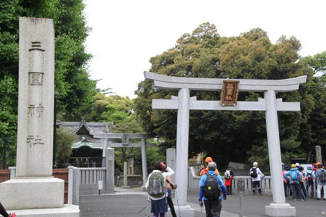財閥三井家の守護社の三囲神社参拝 三囲の囲いの中に井が入っているため三井を守る