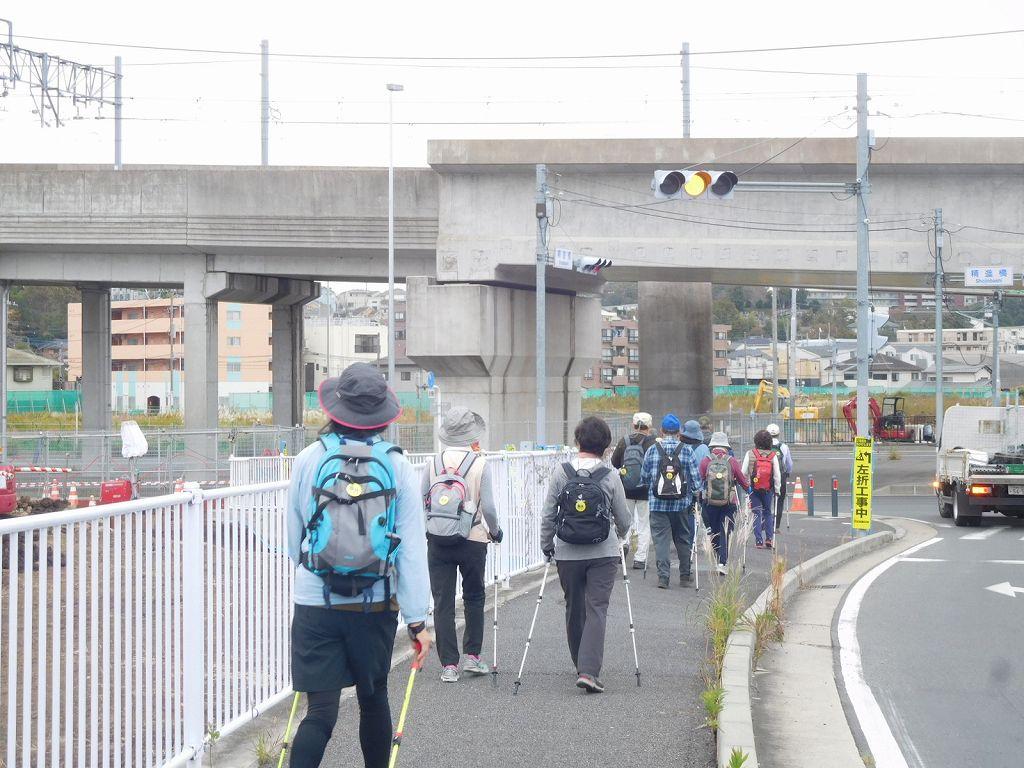 川和駅手前歩行者道路を歩く