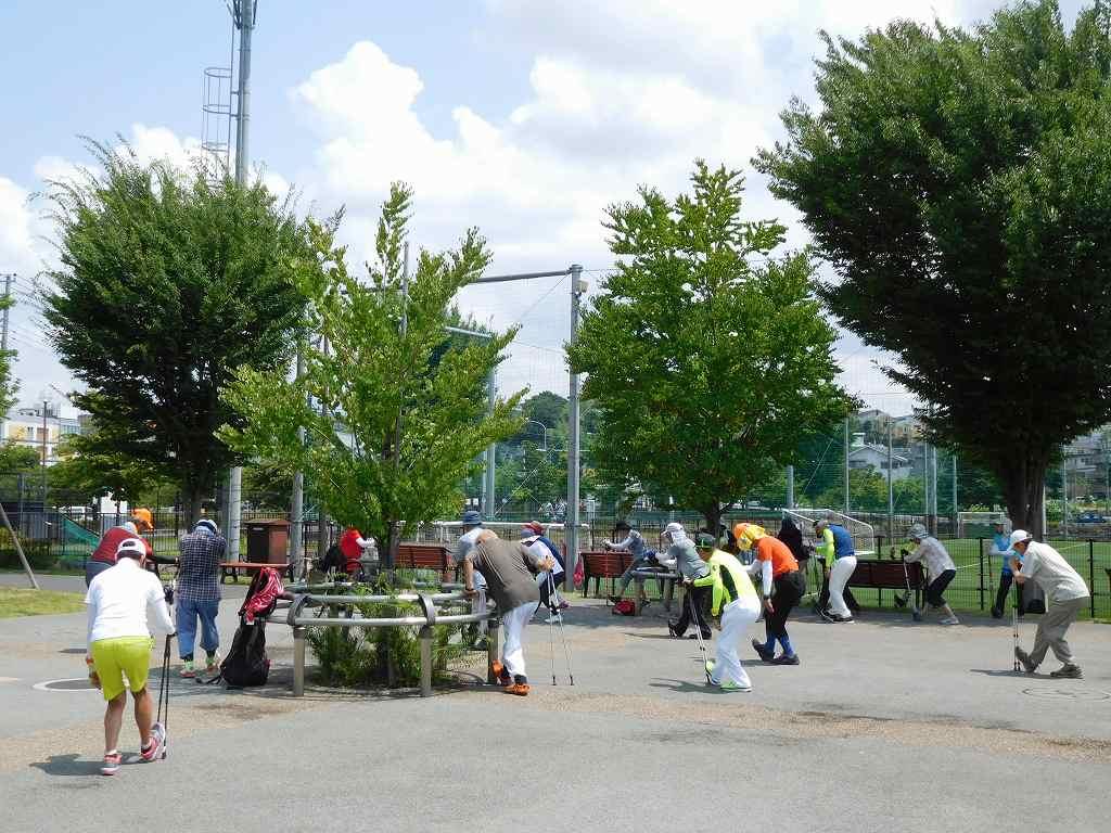 谷本スポーツ公園でクールダウン サッカー少年もまわりで休憩中です