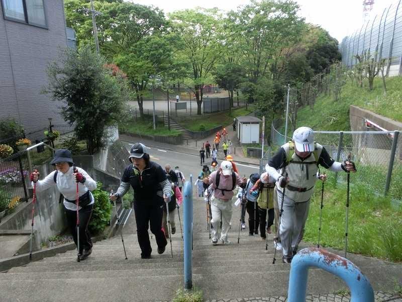 猿田公園を過ぎて何時もの階段を登る