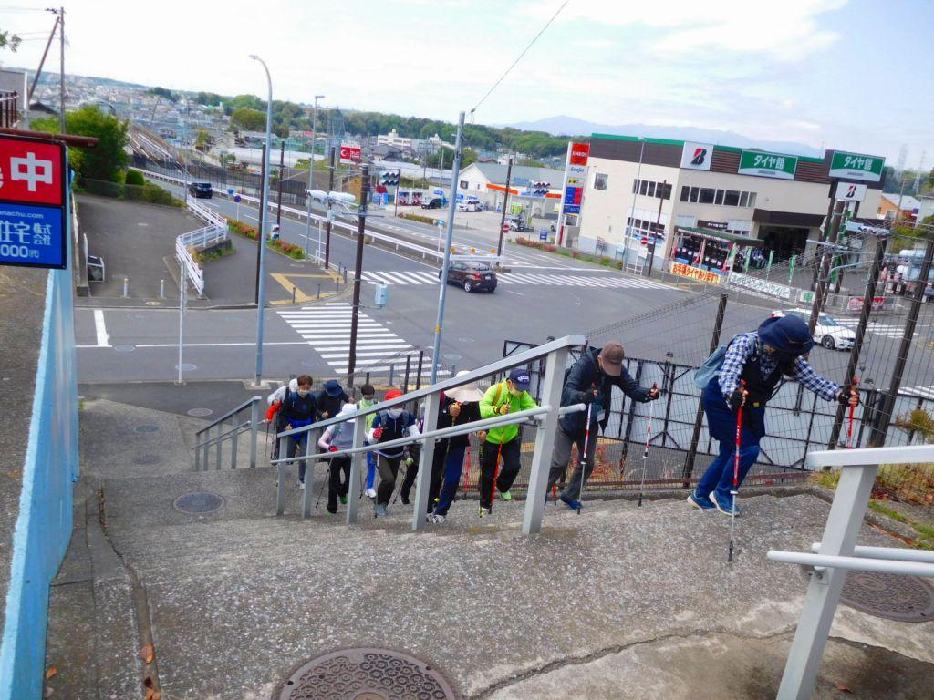 富士が丘西側交差点正面階段を上る