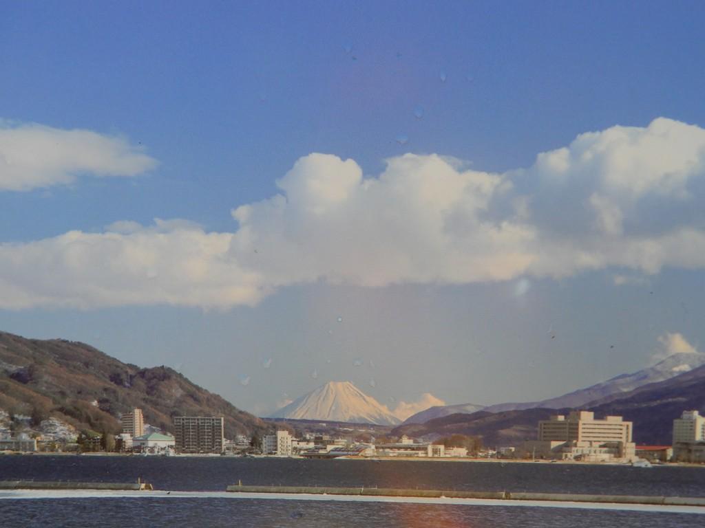 遠くには富士山が見えます
