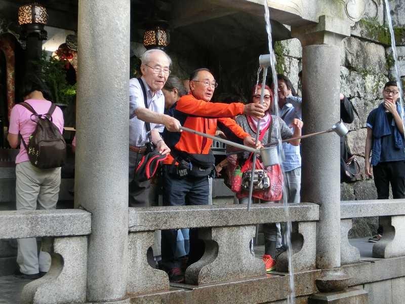清水寺「音羽の滝」でお水とり 真ん中の「恋愛成就」を飲んでいる人は?