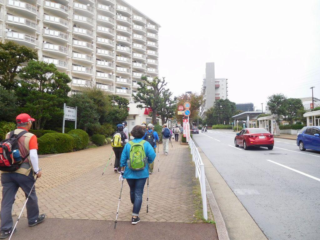 市ヶ尾駅前を歩く