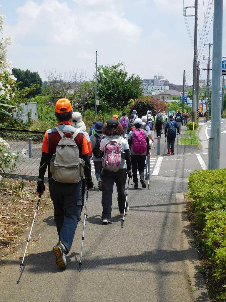 横浜上麻生道路の市が尾高校前を歩く最後尾