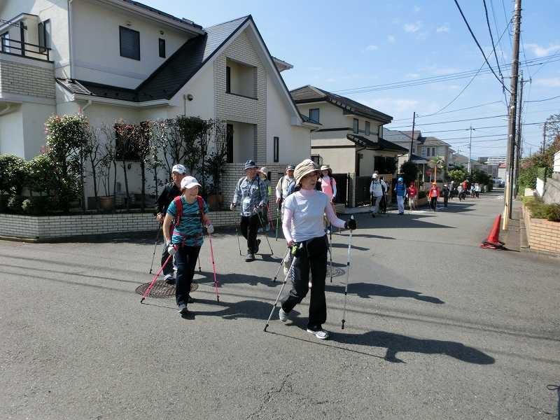 荏田高校グランド裏の住宅地をウォーキング
