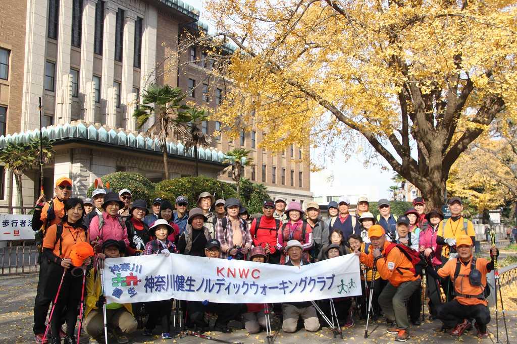 キングの塔、県庁の黄葉前で一班の集合写真
