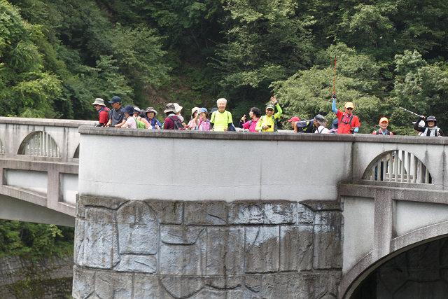 石小屋ダム上の橋からダムを眺める