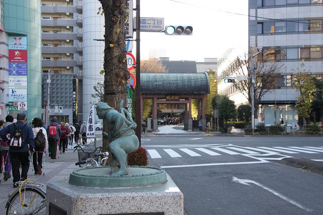 力士像の横を歩く 正面は回向院