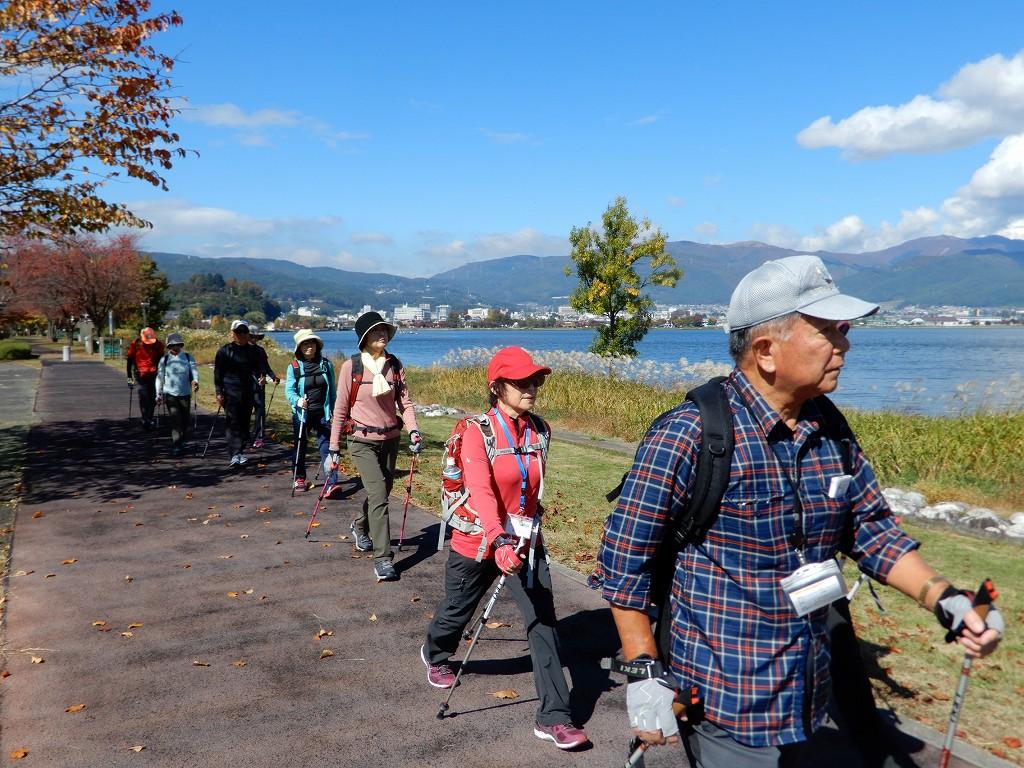 大きい街路樹が途絶えて諏訪湖が綺麗に望めます