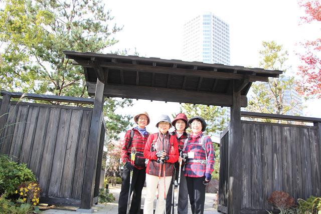 「日本庭園 帰真園」前でポーズを取る4美人