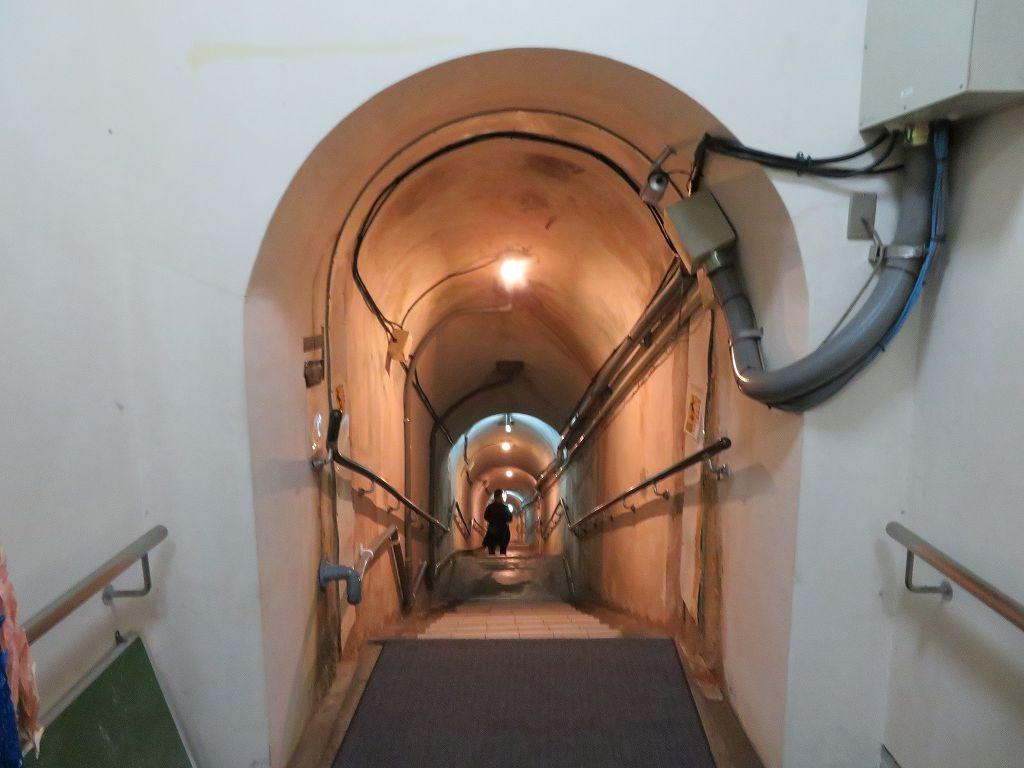 旧海軍司令部で、地下深く掘られた部屋には手榴弾で自決した部屋がありました