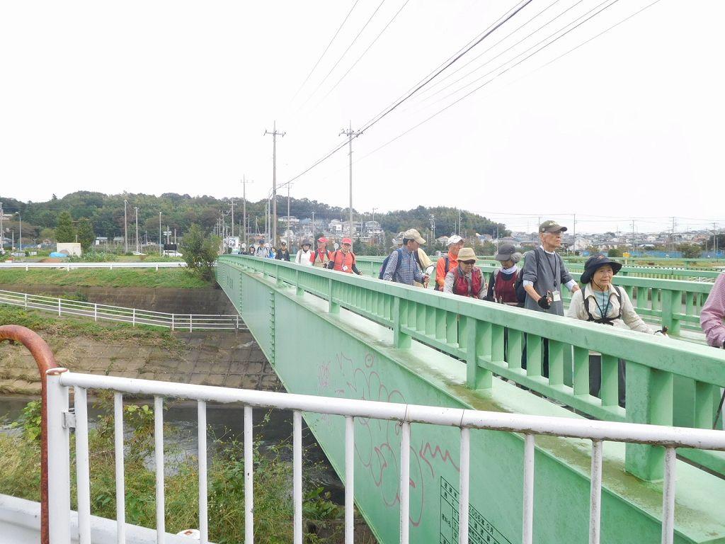 宮前橋歩行者道路を歩きます