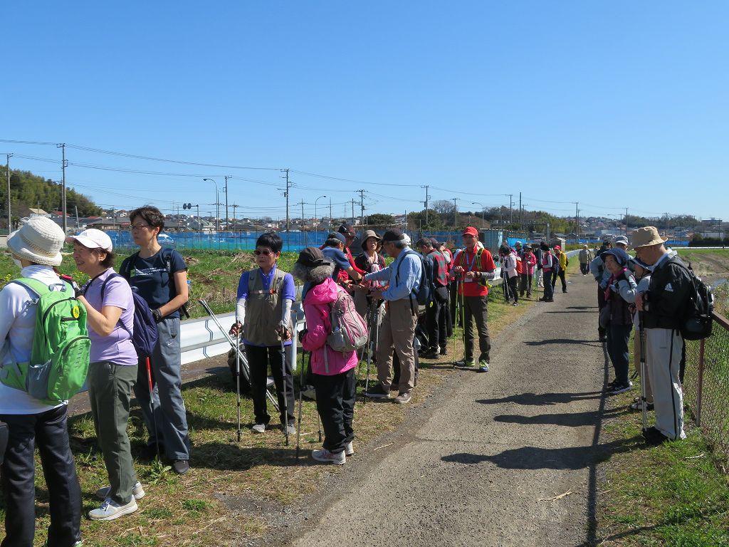 鶴見川沿いで当分・水分補給です  温かいので半袖の人もいます