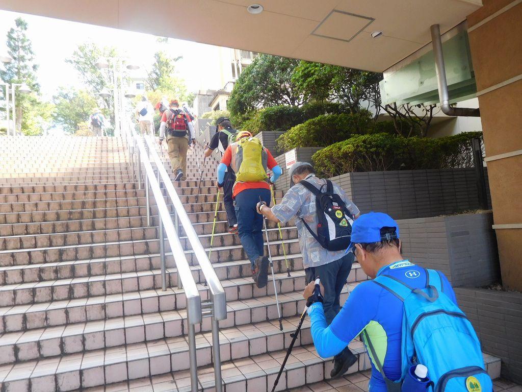 青葉台駅外側の階段を上ります