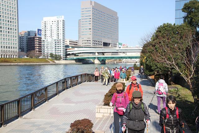隅田川の心地よい風を受けながら歩く