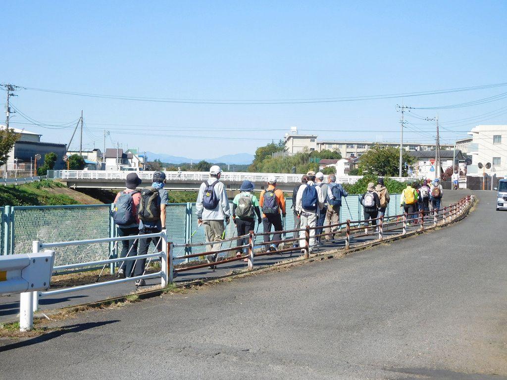 鶴見川を一列で歩く