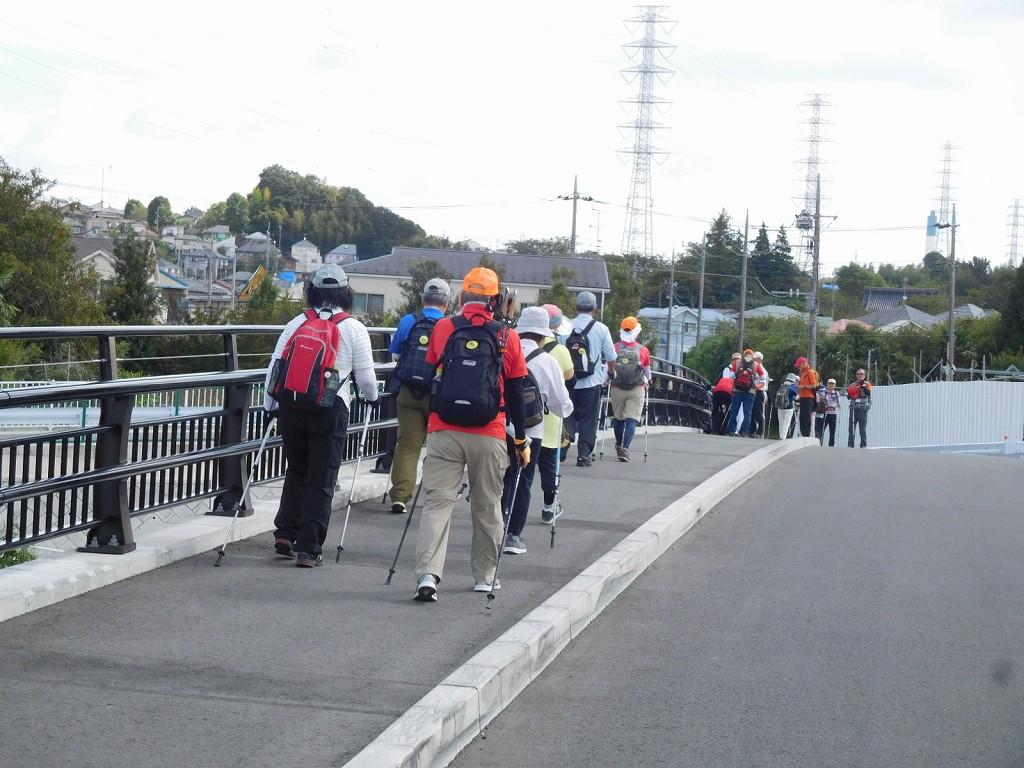 八和らぎ橋で休憩中の一斑に追いつく二班