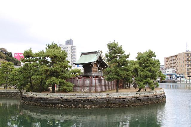 北条政子が生島弁財天に勧請し創建したと伝えられる琵琶島神社