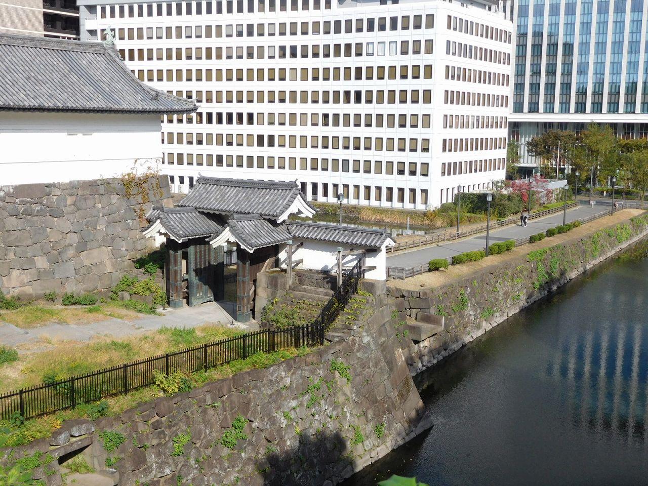 清水門と千代田区庁舎