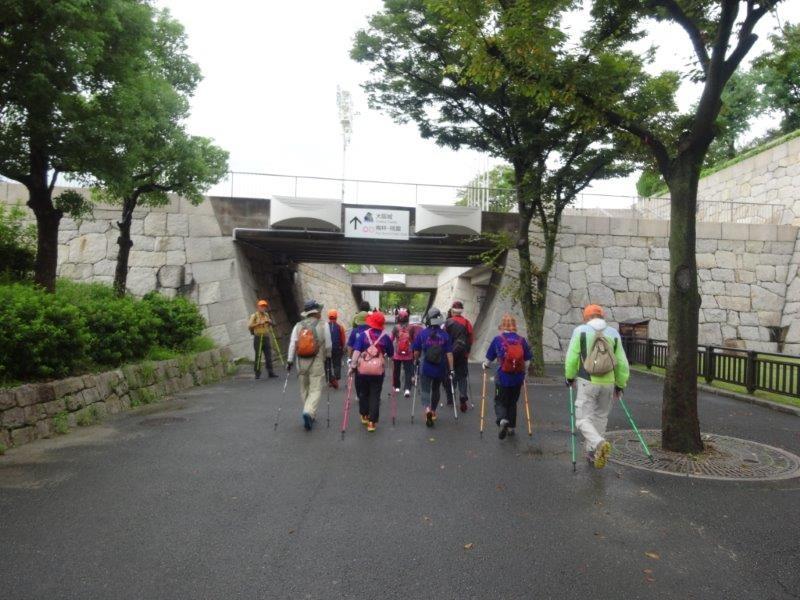 大阪城を眺めながら公園一周のノルディックウォーキング