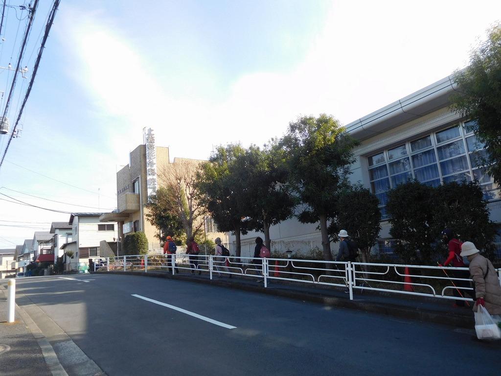 地区センターを出て急坂の住宅地を歩いてます