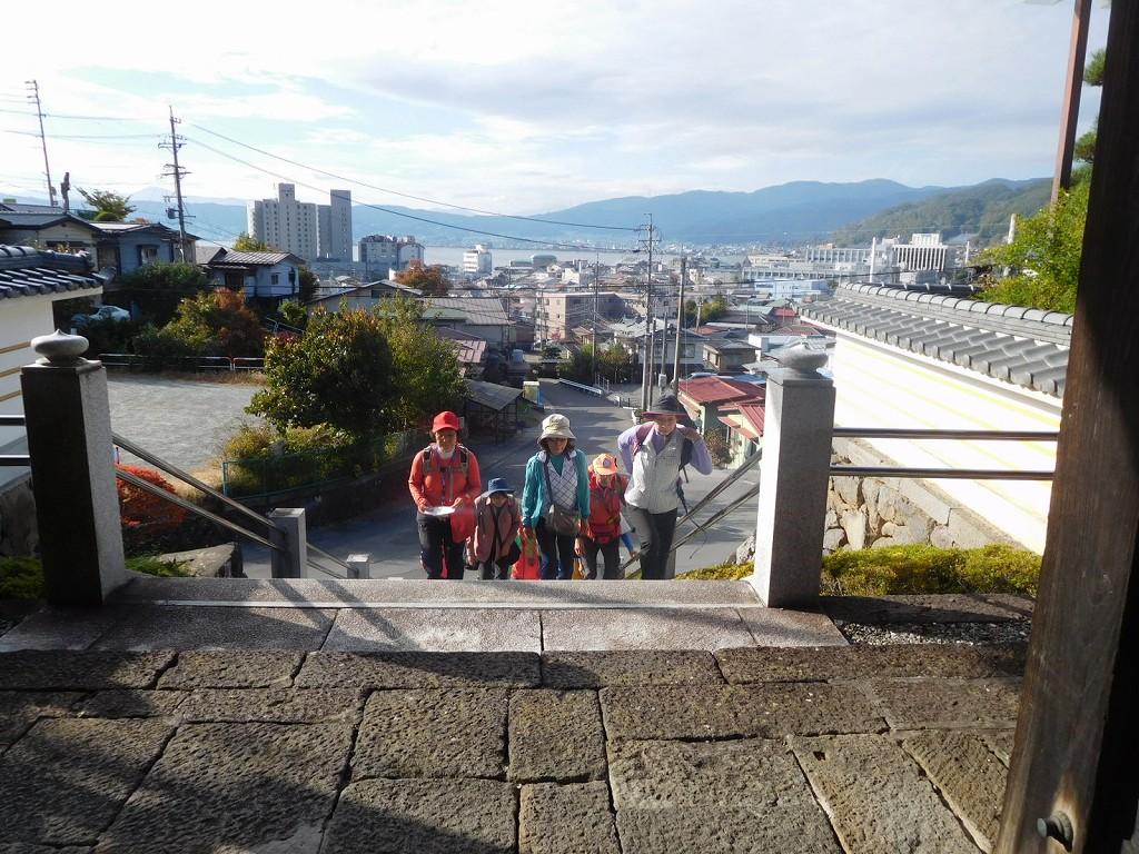 階段を上がりますと諏訪湖が望めます