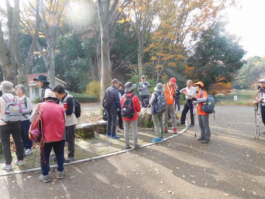 鴨池公園で休憩 ここから紅葉が多く見られます