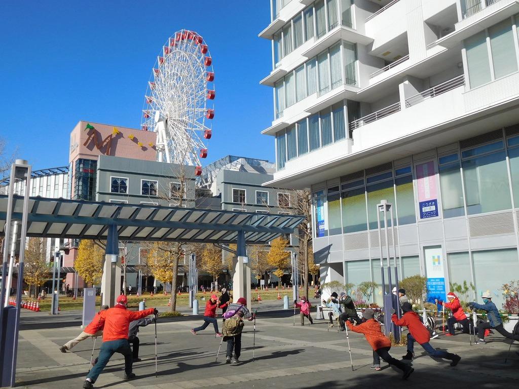 センター北駅前でクールダウン 青空が綺麗ですね