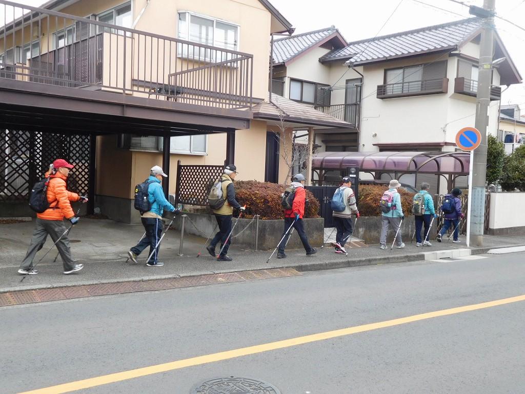 荏田西住宅街を一列で歩く