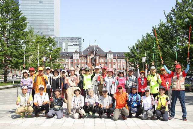 東京駅をバックに本日最後の集合写真