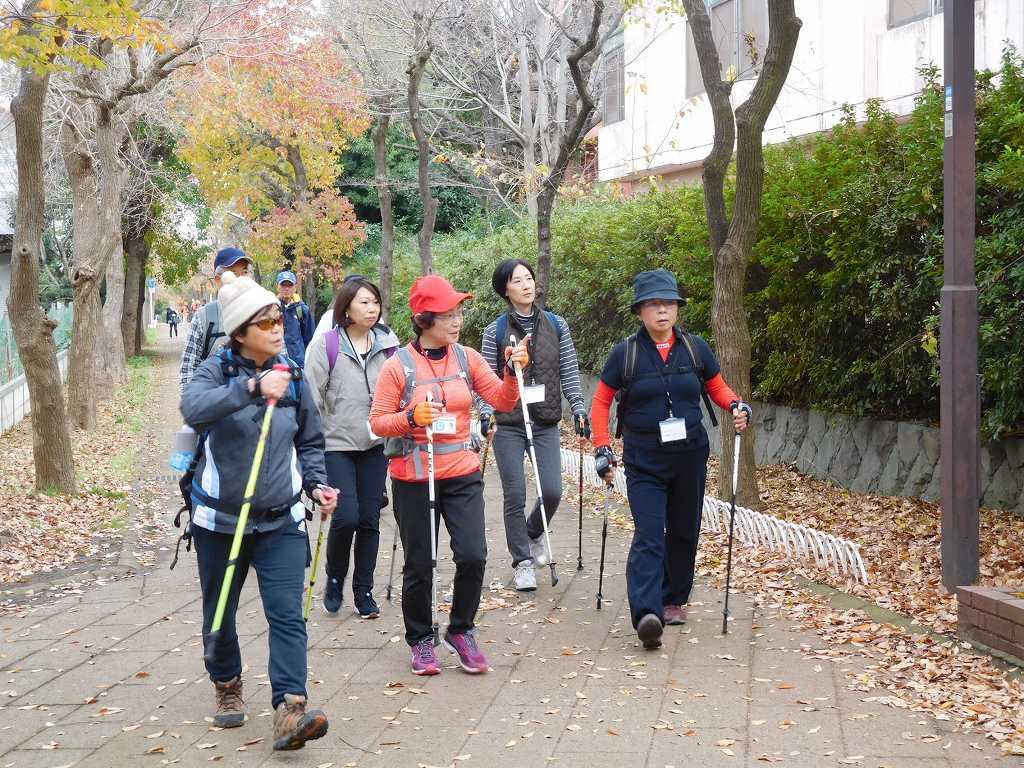 体験者が初めての道をI世話人がフォローしながら歩を進めています