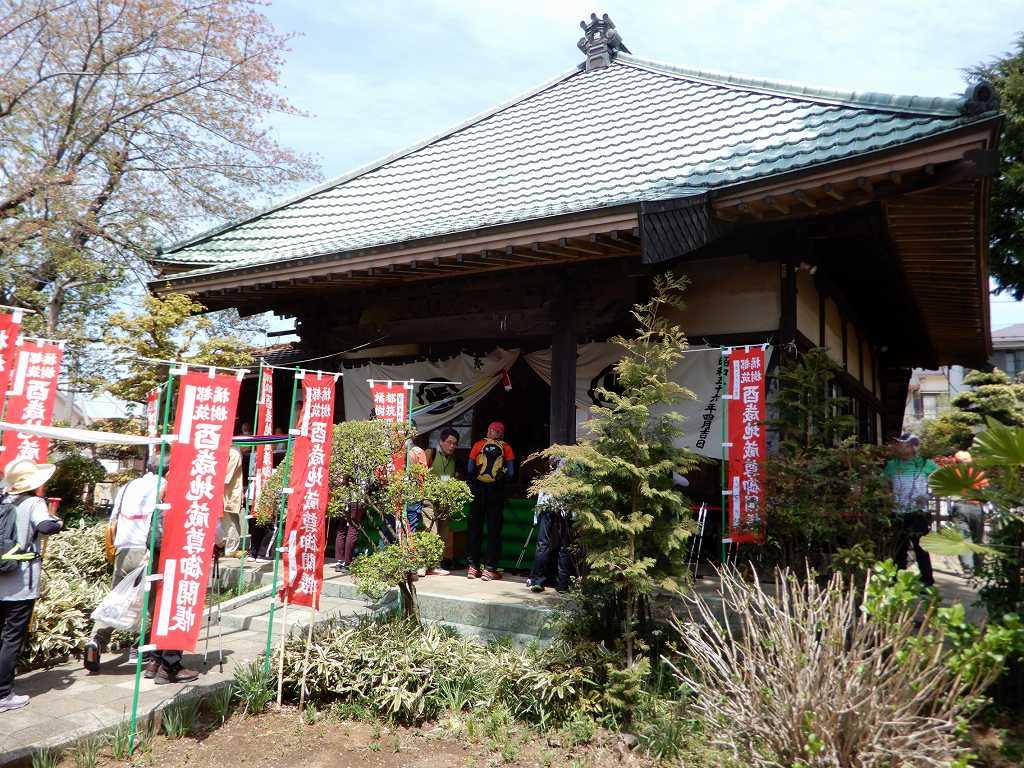 竹下地蔵堂は丁度御開帳でお茶・御菓子の接待を受ける