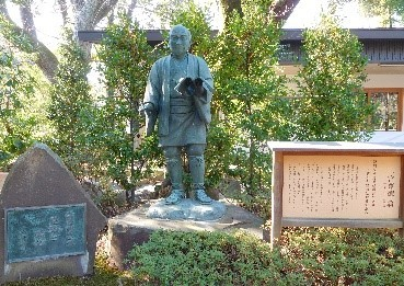 報徳二宮神社内の銅像、昔の小学校の像とは違いますね