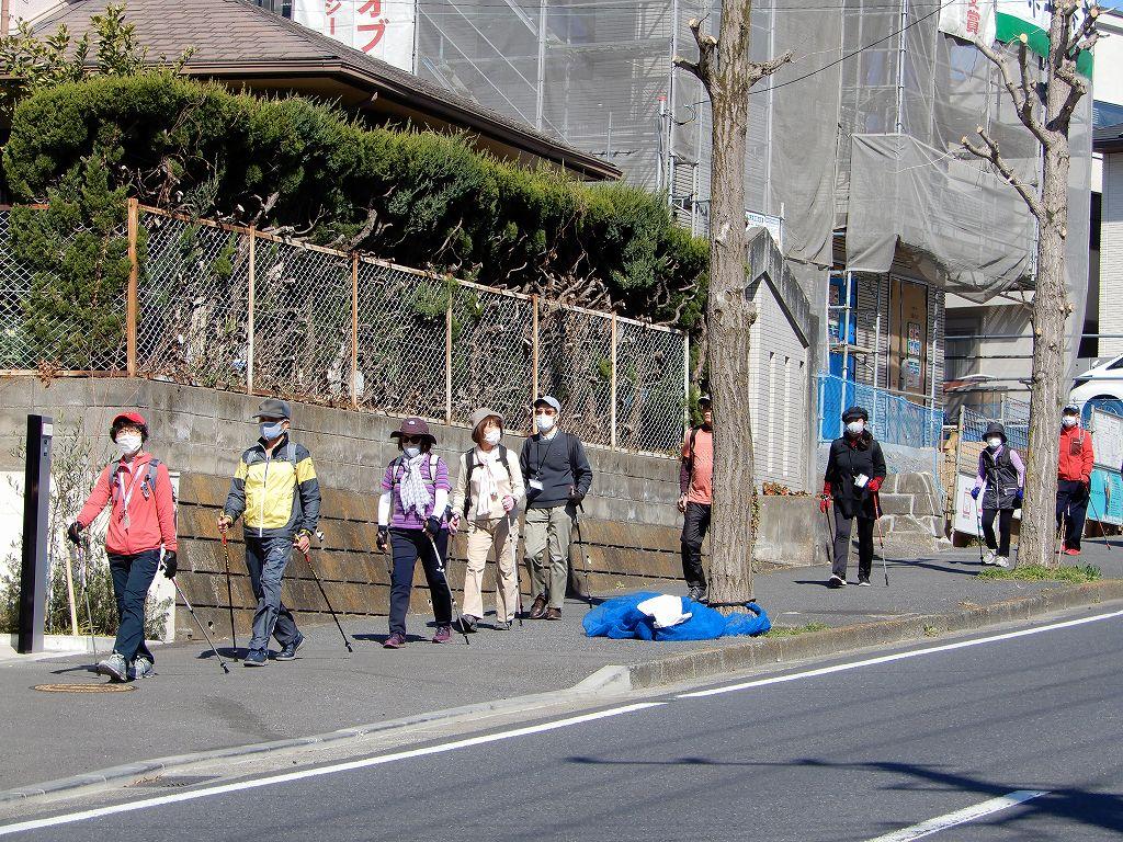 藤が丘小学校前を歩く二班の皆さん