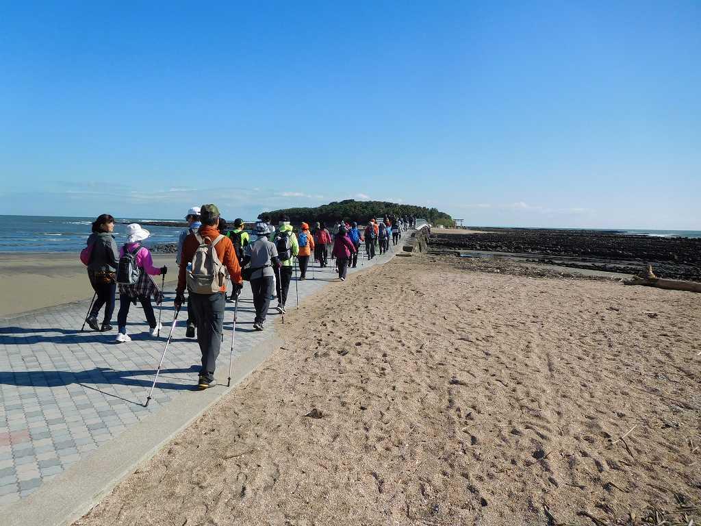 「弥生橋」を渡って行けば青島神社です