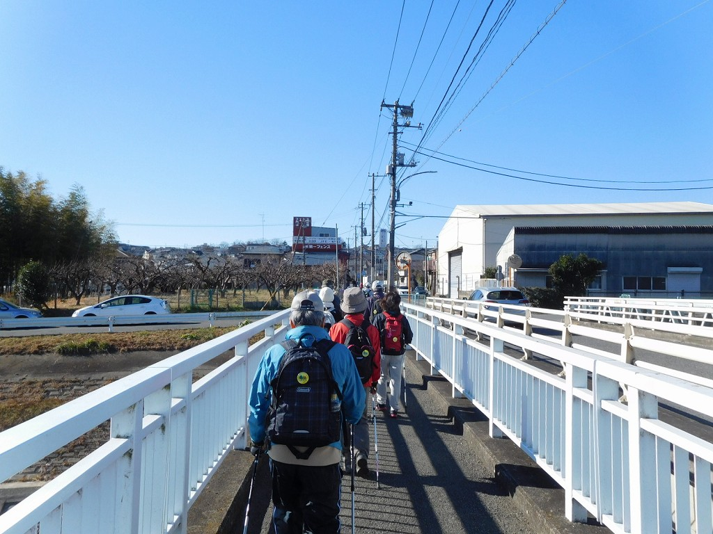 川間橋を渡って医薬神社を目指す