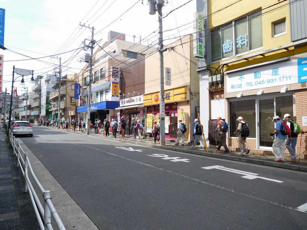 中山町の商店街を通って「四季の森公園」を目指します