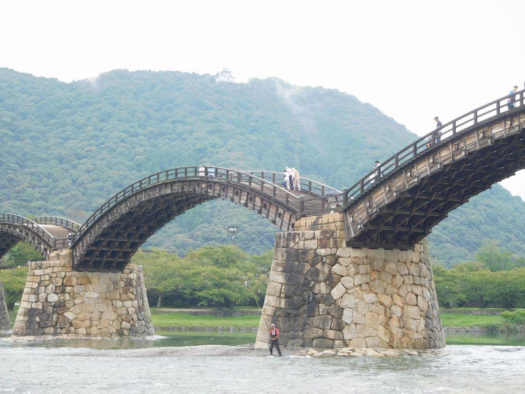 橋の手前の釣り人は鮎釣りですかね。バックには岩国城が見えます