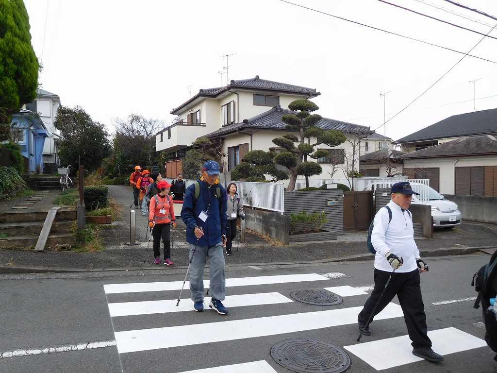 泉田向公園過ぎの横断歩道で安全確認しながら誘導するI世話人