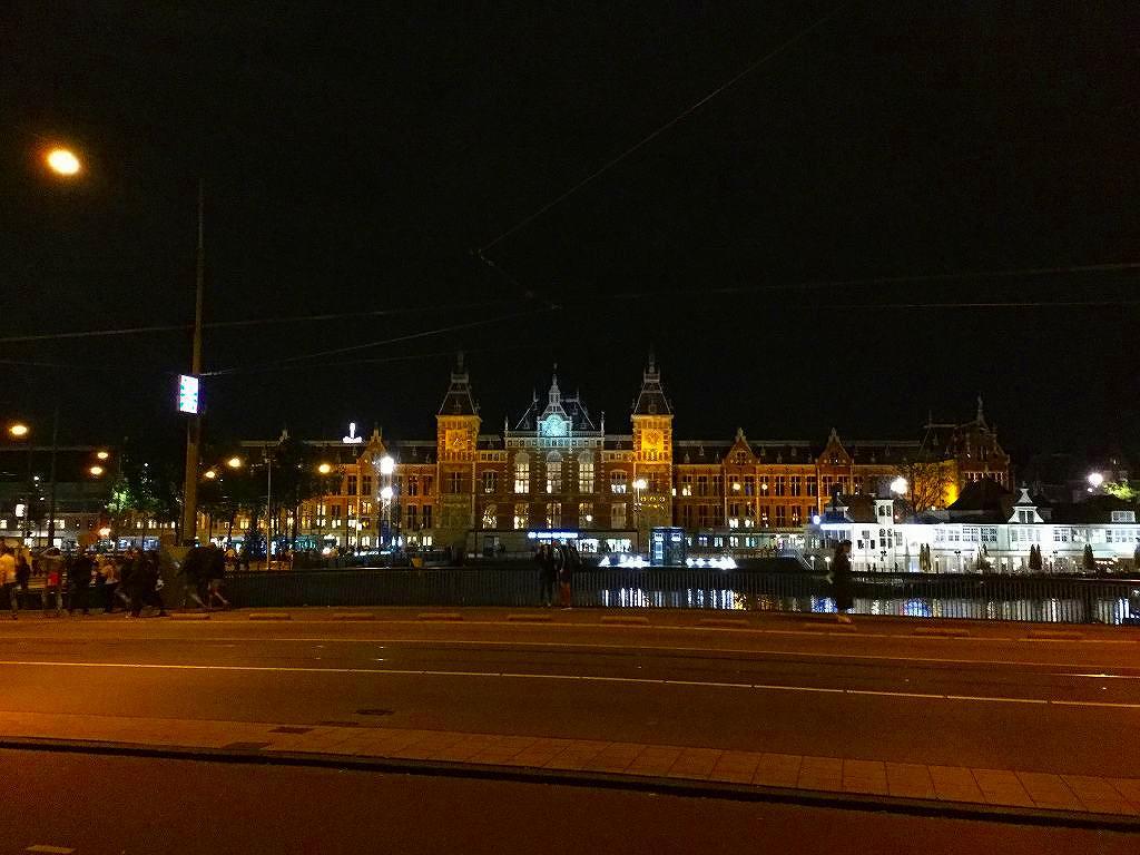 夜のアムステルダム中央駅に到着