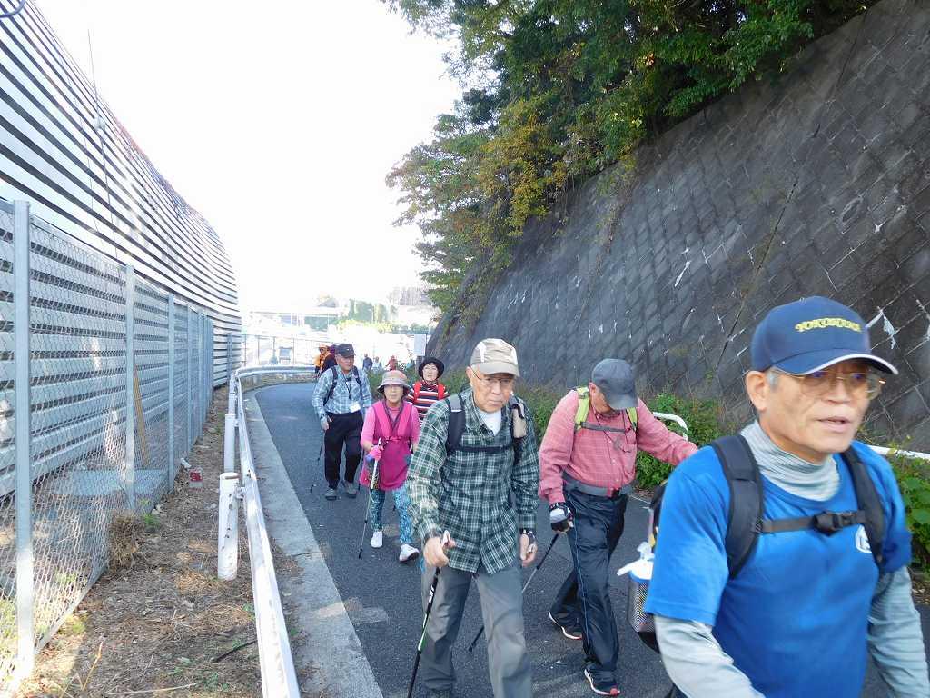 東名高速道路の横の坂道を登る