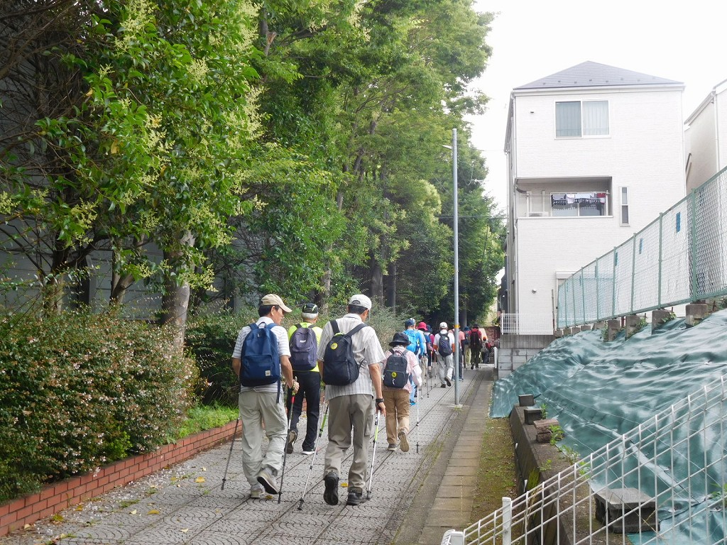 東名高速側道を猿田公園に向けてウォーキング