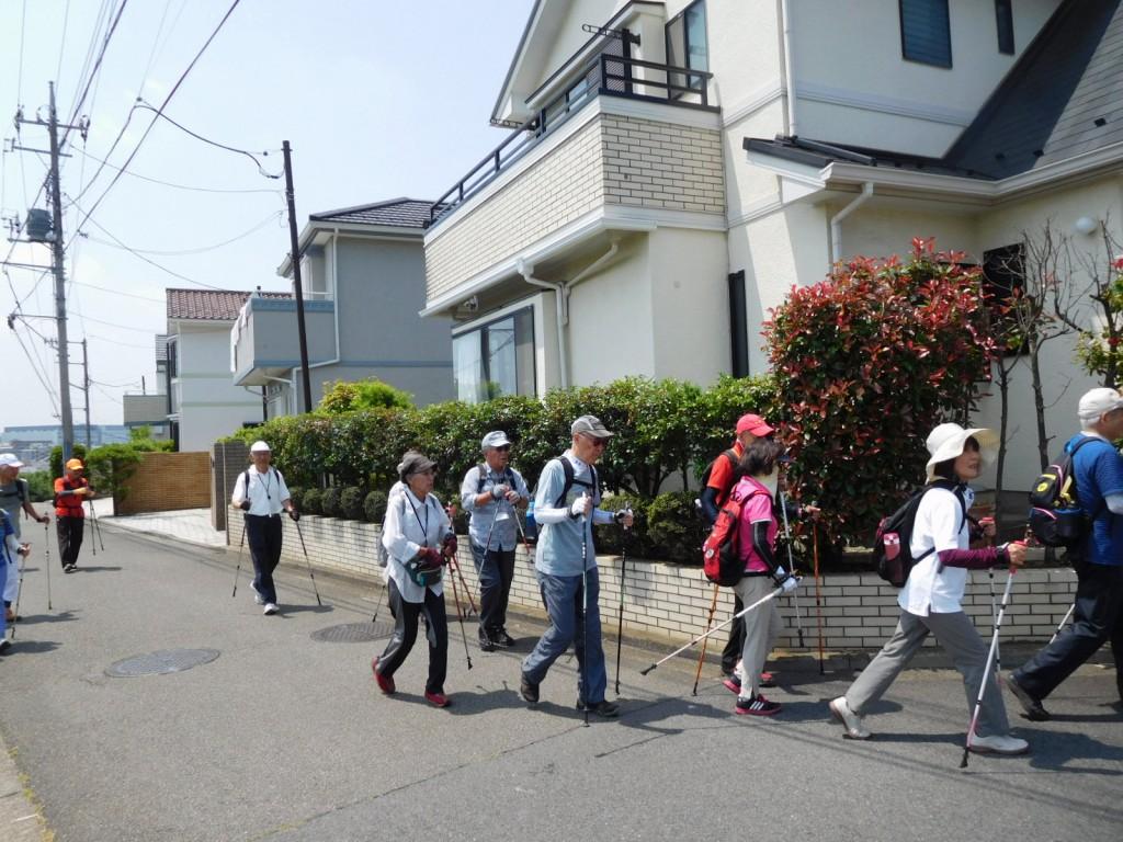 荏田高校生が練習で走っている急坂を上り終え休憩後再スタート