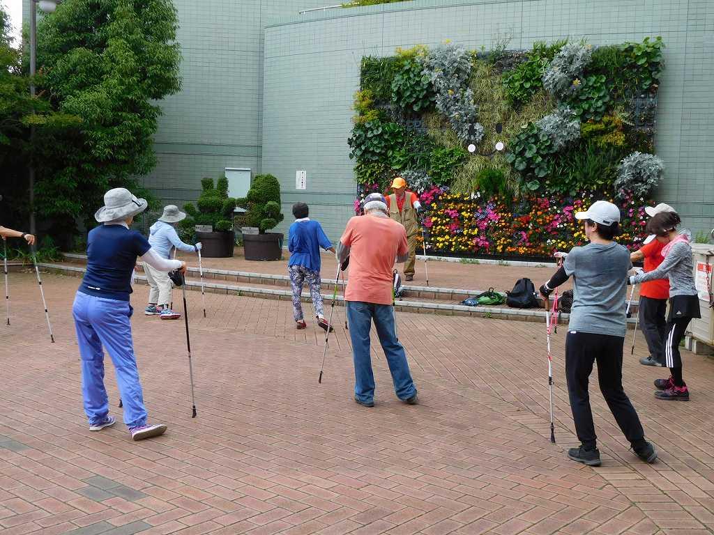 花で飾られた区役所広場 昨日ウォーミングアップした場所で今日はクールダウン