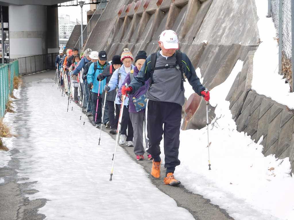 246号線の歩道は凍っており、一列で慎重に歩く