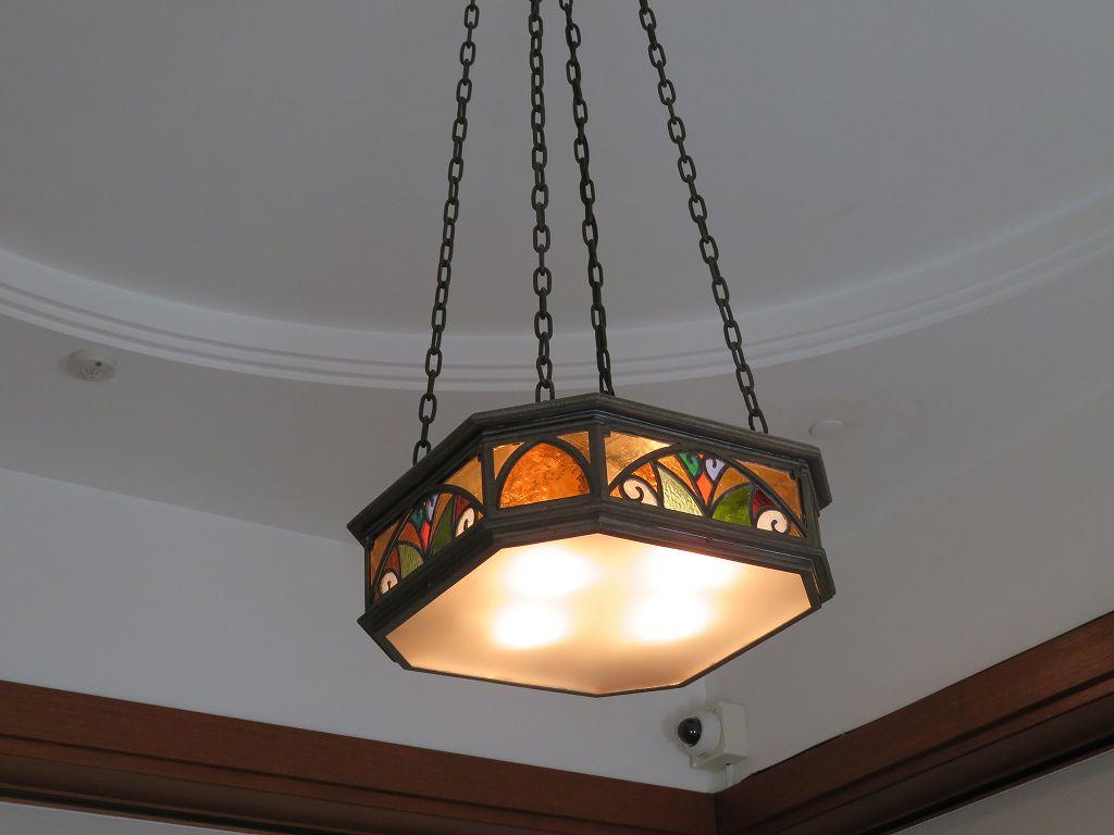 居間のステンドガラスの照明