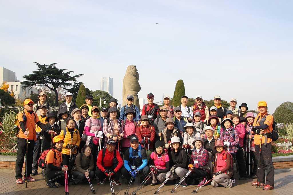 秋バラが咲き乱れている山下公園で2班に分かれて集合写真