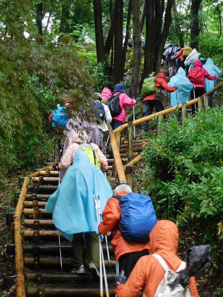 滑らないように注意しなが階段を登る いろんな色の雨具が綺麗!!