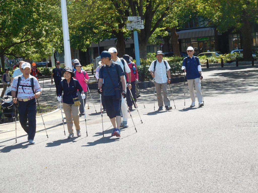 エスコートしながら歩く男性群